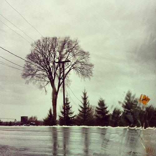En route pour le boulot. La neige tombée la veille se transforme en pluie.